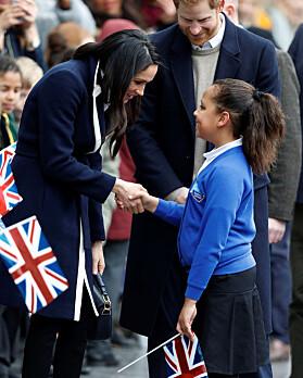 <strong>PRATET LENGE:</strong> Prins Harrys tidligere butler mener han tydelig kan se spor av Diana i hennes nye svigerdatter Meghan. Hun tok seg god tid til å prate med de fremmøtte, spesielt denne lille jenta. Foto: NTB scanpix