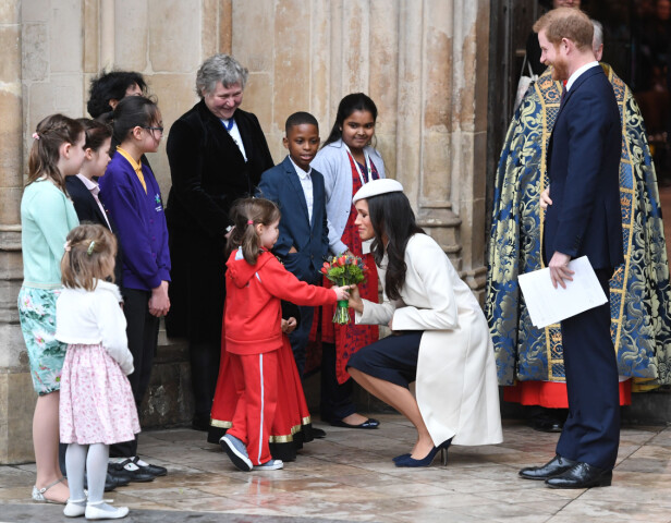 <strong>YNDIG:</strong> Etter en seremoni i Westminster Abbey 12. mars, fikk Meghan en blomsterbukett av en liten jente utenfor. Den tok hun seg god tid til å ta imot, slik hennes svigermor også trolig ville ha gjort. Foto: NTB scanpix