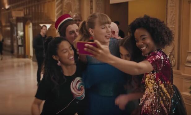 SELFIES: Alle vil ha en bit av Taylor, slik hun viser i videoen for Delicate. Foto: YouTube skjermdump, Big Machine Label Group LLC