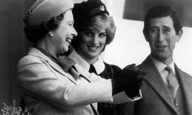 DIANA: Diana var en flittig alpelue-bruker, og er blitt avbildet i flere varianter av det franske hodeplagget. Her avbildet med dronningen og prins Charles i 1982. AFP PHOTO / POOL