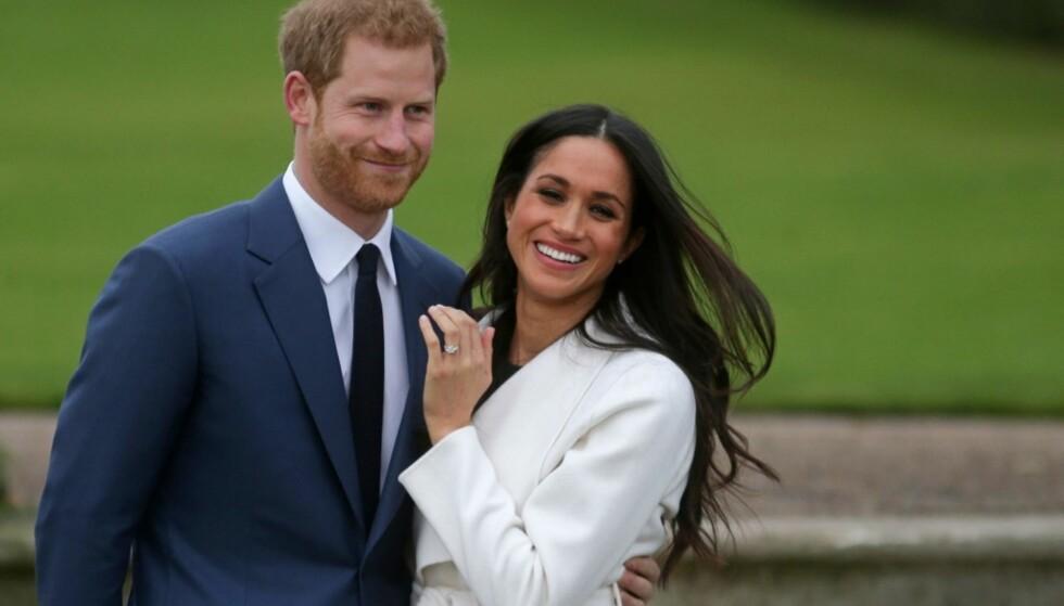 BLIR MANN OG KONE: Harry og Meghan strålte da de viste seg sammen for første gang etter forlovelsen. Foto: NTB Scanpix