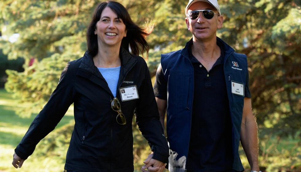 <strong>LAV PROFIL:</strong> Jeff Bezos og Mackenzie Bezos har pleid å holde en temmelig lav profil offentlig. Her er de avbildet i Sun Valley sommeren 2013. Foto: NTB scanpix