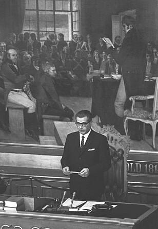53 ÅR SIDEN: Det var stortingspresident Bernt Ingvaldsen (H) som leste opp kong Olavs erklæring i forbindelse med forlovelsen mellom kronprins Harald og Sonja Haraldsen den 19. mars 1968. Foto: NTB