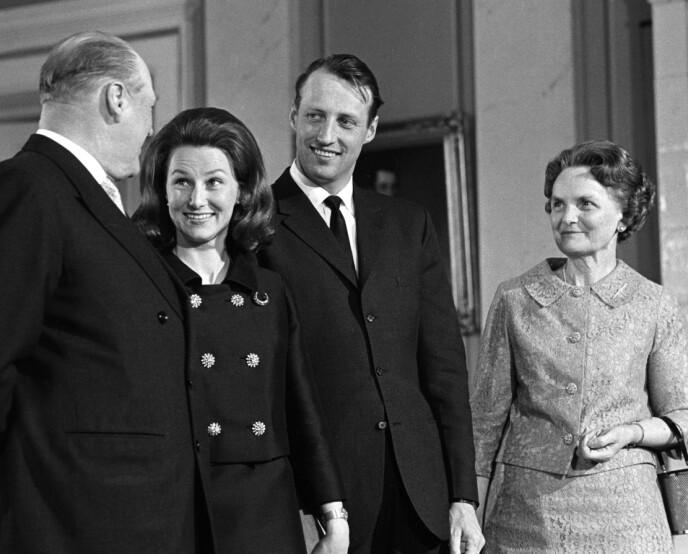 MARKERING: Dette bildet ble tatt på slottet kort tid etter at forlovelsen var kunngjort 19. mars 1968. Fra venstre: Kong Olav, Sonja Haraldsen, kronprins Harald og Sonjas mor Dagny F. Haraldsen. Foto: NTB