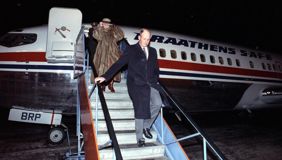 ALDRI MED SØNNEN: Kong Harald og dronning Sonja er ofte på reisefot, men kronprins Haakon er aldri å se i samme fly som dem. Foto: NTB scanpix