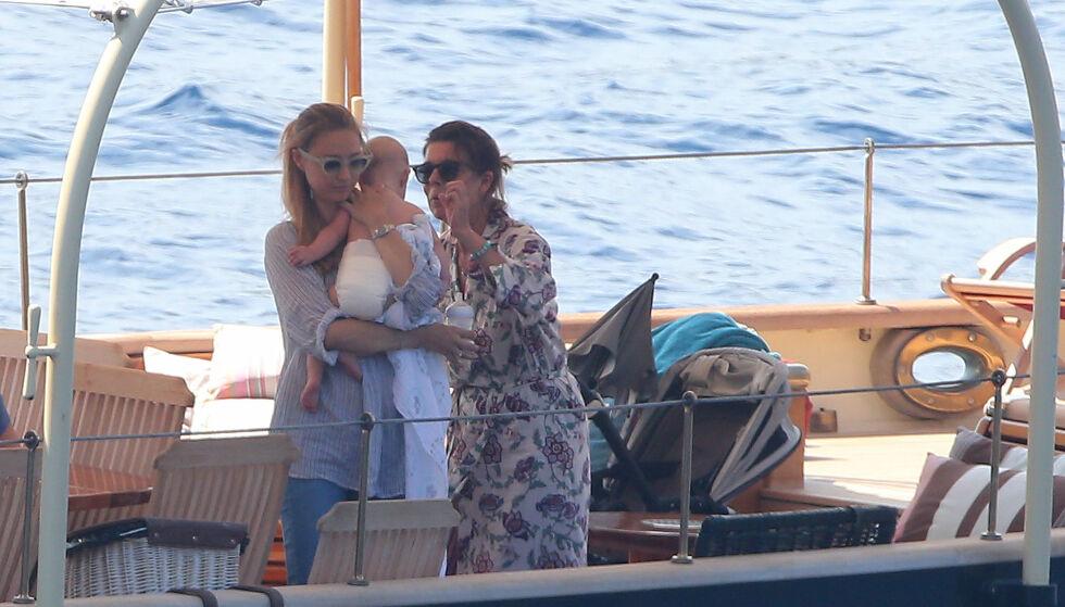 BESTEMOR: Beatrice Borromeo og sønnen Stefano sammen med sviger-/ bestemor prinsesse Caroline på en båt sommeren 2017. Foto: Splash News/ NTB scanpix