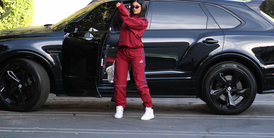 VISTE SEG FREM TIL FØLGERNE: 20 år gamle Kylie jenner tok til Snapchat for å vise treningsprogresjonen sin etter fødselen. Her er hun avbildet i februar. Foto: NTB Scanpix