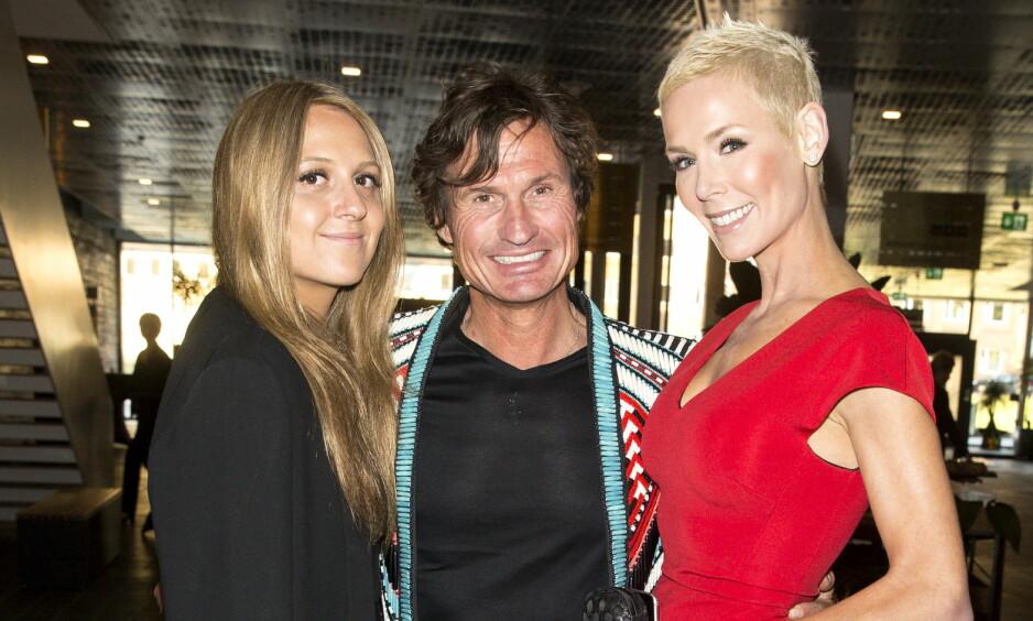 FAMILIEKJÆR: Emilie Stordalen avbildet sammen med pappa Petter Stordalen og stemor Gunhild. Foto: Andreas Fadum