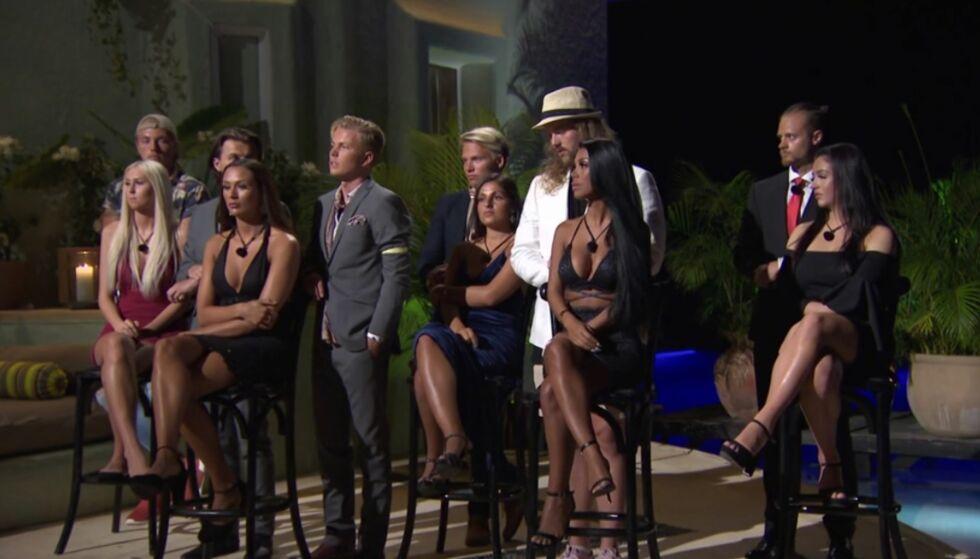 PARSEREMONI: I kveldens episode av «Paradise Hotel» var det igjen duket for parseremoni, hvor en av gutta måtte forlate konkurransen. Foto: Skjermdump / TV3