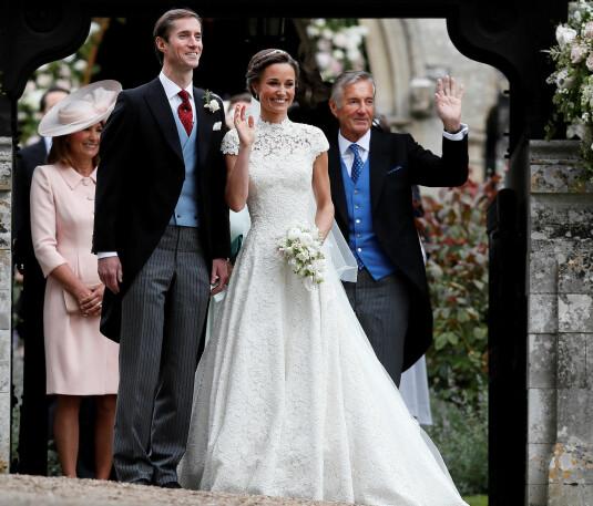 <strong>EN GLEDENS DAG:</strong> David Matthews (t.h.) sammen med sønnen James og Pippa Middleton på parets bryllupsdag i mai 2017. Foto: NTB scanpix