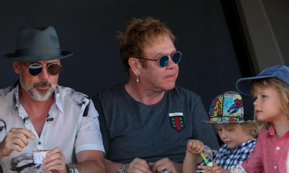 FAMILEMANN: Elton John sammen med partneren David og deres to sønner. Rockestjernen har nylig avslørt at han vil slutte å turnere for å oppdra barna. FOTO: NTB Scanpix
