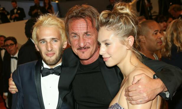 BERØMT FAR: Hopper sammen med faren Sean Penn og storesøsteren Dylan under Cannes filmfestival for to år siden. Foto: NTB Scanpix