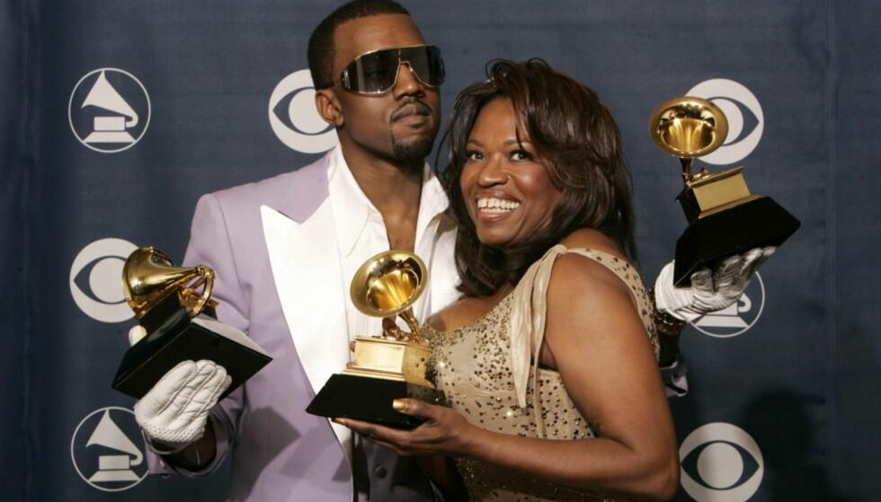 MISTET MORA: Kanye West og mora Donda var svært nære. Han tok det derfor svært tungt da hun døde i 2008 etter kompliasjoner etter en operasjon. Her avbildet sammen i 2006, to år før hennes dødsfall. Foto: NTB scanpix