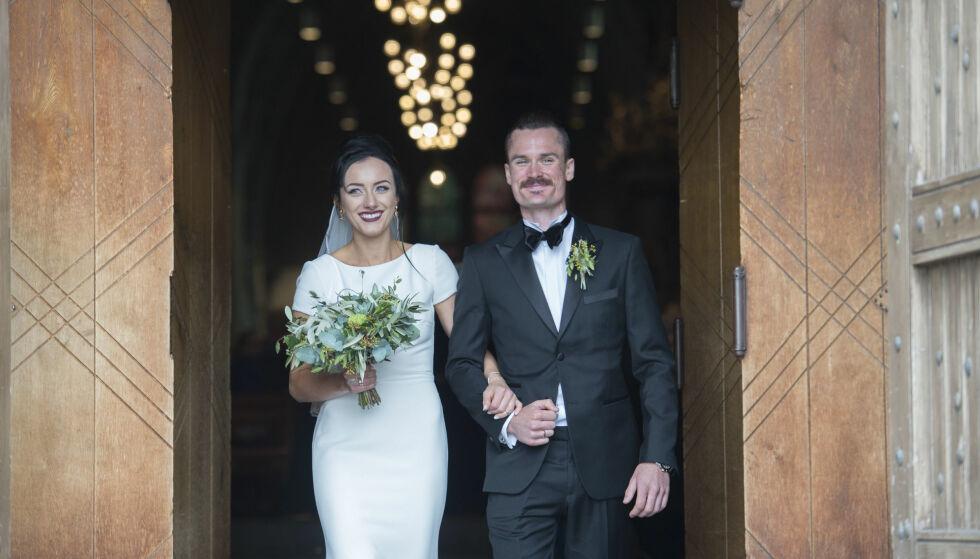 HURRA: Etter vielsen, ble paret møtt av jubel på kirketrappen. Se, så fornøyde! Foto: Anders Martinsen / Se og Hør