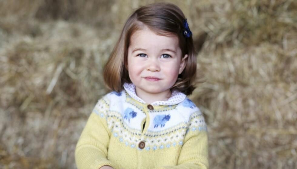 <strong>TO ÅR:</strong> Den britiske kongefamilien delte dette vakre bilde av prinsesse Charlotte da hun fylte to. Foto: NTB Scanpix