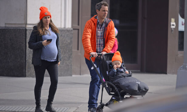 TRILLETUR: Seth Mayers og kona Alexi Ashe på trilletur med sønnen Ashe i New York kun dager før fødselen. Foto: NTB Scanpix