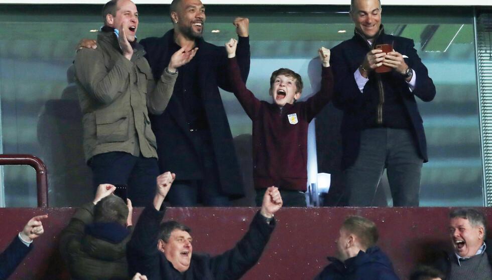 <strong>JUBLET:</strong> Prins William og John Carew så ut til å komme godt overens under fotballkampen. Foto: NTB scanpix