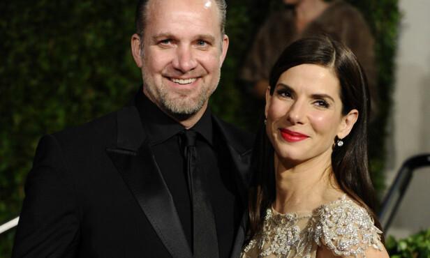 SLUTT: Ekteskapet mellom Sandra Bullock og Jesse James tok en brå slutt da hun fikk vite at han hadde vært utro mot henne. Foto: AP / Peter Kramer
