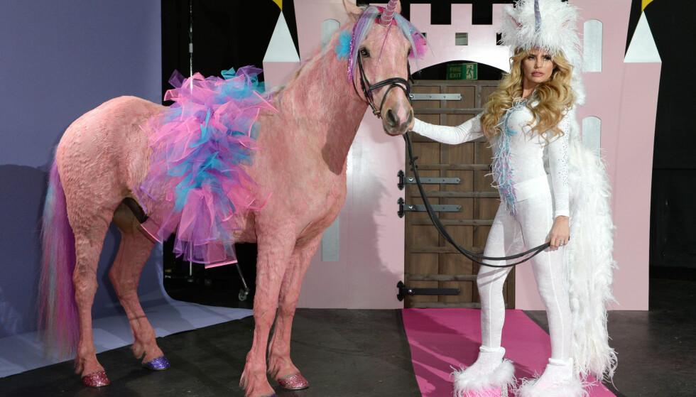 ROSA HEST: Katie Price måtte tåle mye kritikk da hun farget en hest rosa før en fotoshoot. Foto: Doug Peters / EMPICS Entertainment