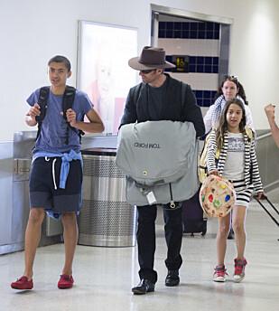 VALGTE ADOPSJON: Etter to spontanaborter valgte paret å adoptere barna Oscar og Ava. Når han ikke jobber tilbringer australieren all sin tid med sine to barn. Foto: Splash News
