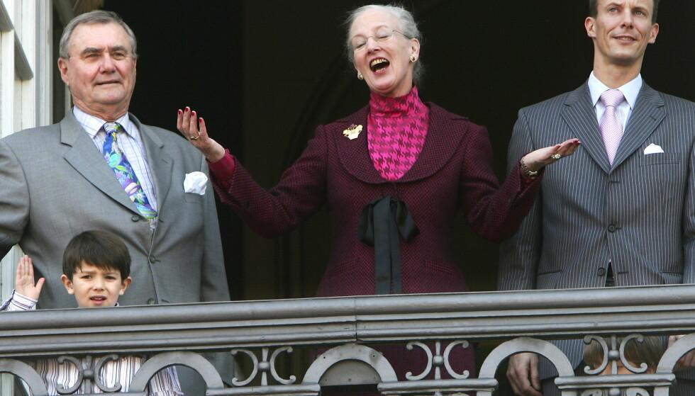 FULL BALKONG: I 2005, under dronningens 65-årsfeiring, fikk hun besøk av både prins Joachim, prins Felix og prins Nicolai. Foto: NTB scanpix