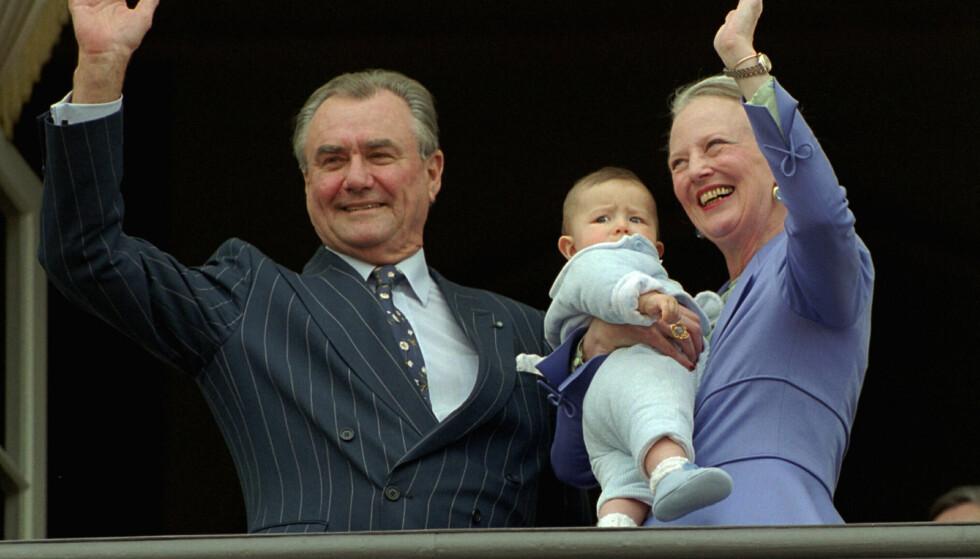 HURRA: Jubelen satt løst da dronningen og ektemannen viste frem vesle prins Nikolai på hennes 60-årsdag i 2000. Foto: Keld Navntoft, NTB scanpix