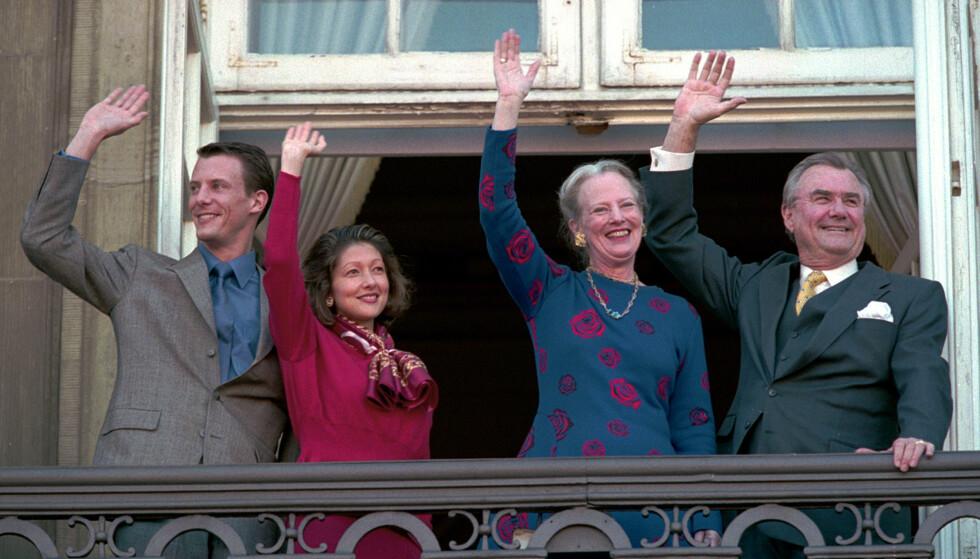 FAST TRADISJON: Dronning Margrethe og prins Henrik, her fotografert på dronningens 59-årsdag i 1999, vinket til folket utenfor slottet. Prins Joachim og daværende prinsesse Alexandra sto også sammen med dem. Foto: NTB scanpix