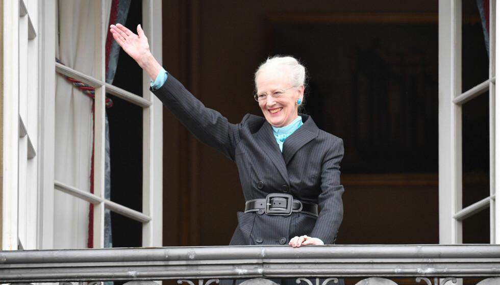 SMILTE: - Dronning Margrethe entret først balkongen i ensom majestet, kledd i en sort frakk. Etter hvert ble hun flankert av kronprinsesse Mary og de fire barna på en tilstøtende balkong, mens prins Joachim og prinsesse Marie kom ut på en tredje balkong med sine barn, sier Anders Johan Stavseng. Foto: NTB scanpix