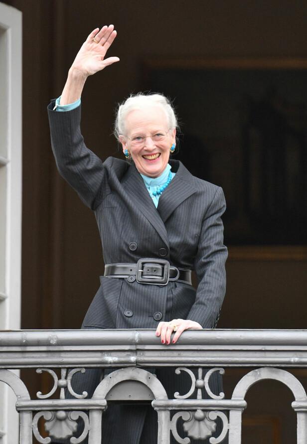 SKJULER SORGEN: På grunn av sin kongelige posisjon, er det sjelden at dronningen viser følelser som sorg offentlig. Derfor er det bedre å smile. Foto: NTB scanpix