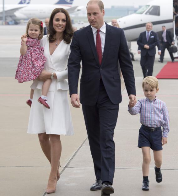 <strong>OPPKALT ETTER DIANA:</strong> Hertuginne Kate og prins Williams datter, prinsesse Charlotte, hedrer farens avdøde mor i navnet sitt. Her avbildet sammen med prins George. Foto: NTB scanpix