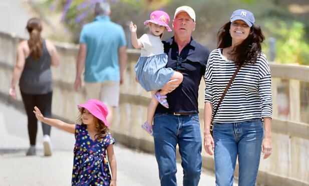 KVALITETSTID: Bruce Willis, kona Emma og døtrene Mable (t.v.) og Evelyn avbildet sammen i Santa Monica i fjor sommer. Foto: Splash News/ NTB scanpix