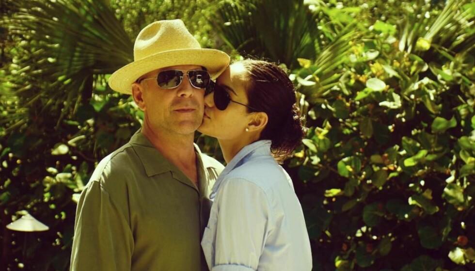 SKRYTER AV EKTEMANNEN: Bruce Willis og Emma Heming Willis har vært gift i ni år - og på bryllupsdagen delte hun dette søte bildet på Instagram. Foto: Skjermdump fra Instagram/ Emma Heming Willis