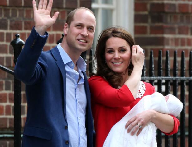 FØRSTE BILDET: Prins William og hertuginne Kate viste frem den nyfødte prinsen allerede noen timer etter at han kom til verden. Foto: NTB scanpix