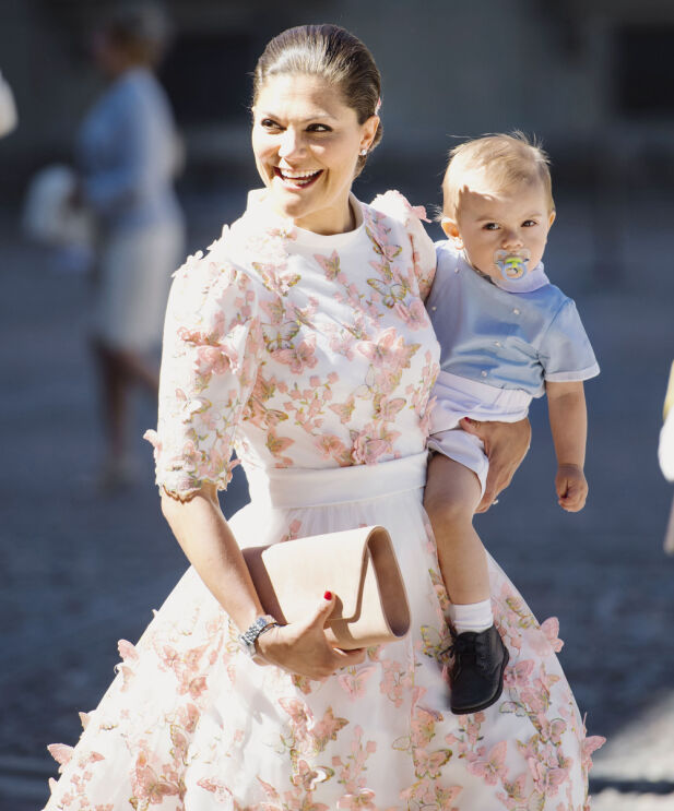 ROLIG PÅ ARMEN: Prins Oscar sammen med mamma kronprinsesse Victoria i anledning hennes 40-årsdag i fjor sommer. Foto: Erik Simander / NTB scanpix