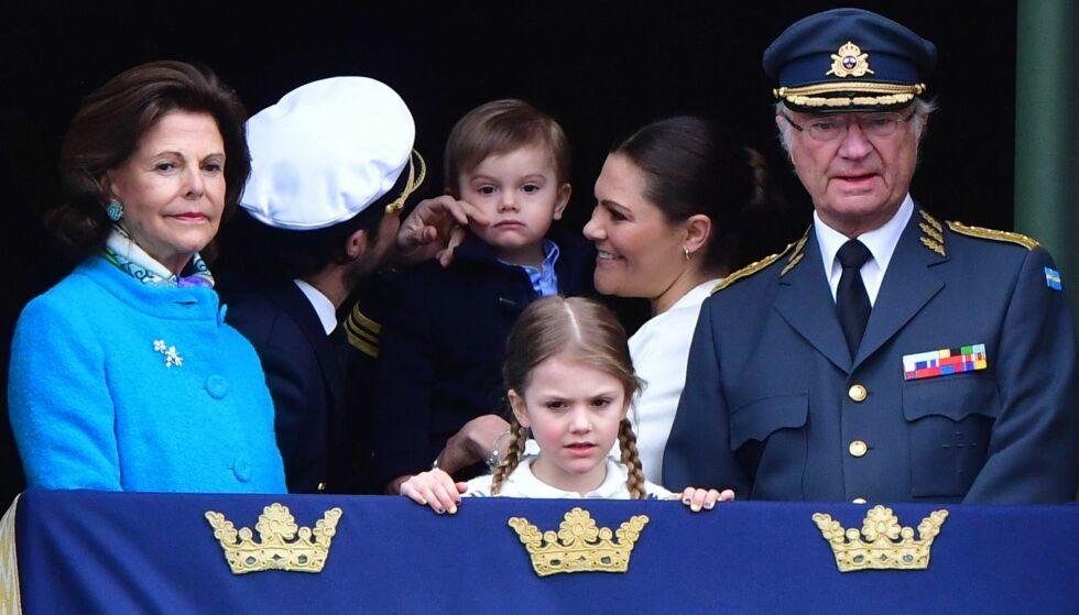 MIDTPUNKT: Både onkel prins Carl Philip og mamma kronprinsesse Victoria ga lille prins Oscar litt ekstra oppmerksomhet på balkongen. Foto: Action Press/REX/Shutterstock/ NTB scanpix