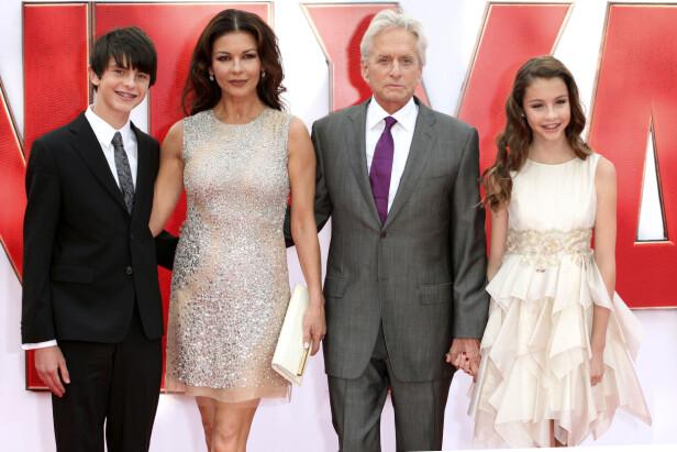 GOD STØTTE: Her er ekteparet med barna Dylan og Carys på en filmpremiere i London sommeren 2015. Foto: NTB Scanpix