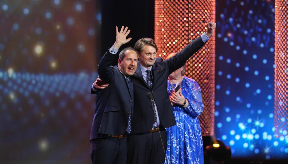 JUBLET: Harald Rønneberg og Thomas Numme takket for hedersprisen fra scenen under Gullruten 2018. Det var statsminister Erna Solberg som delte ut prisen. Foto: Espen Solli/ TV 2