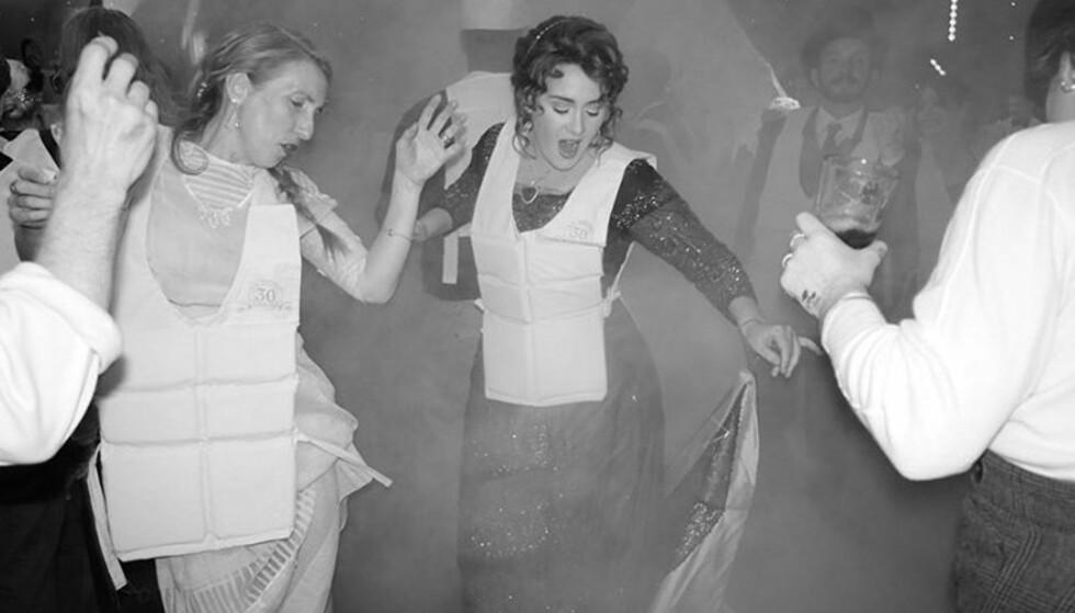 DANSELØVE: Adeles temafest var uten tvil gjennomført, og gjestene danset rundt i flotte antrekk kombinert med redningsvester. Foto: Skjermdump / Instagram