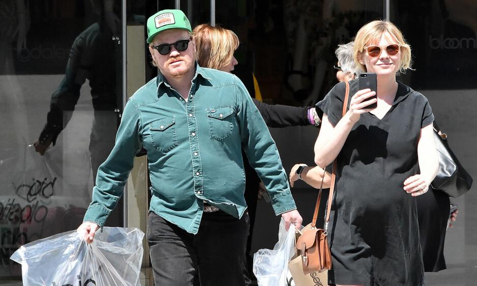 BLE FORELDRE: Kirsten Dunst og forloveden Jesse Plemons skal ha fått sitt første barn. Her er paret ute på handletur i Los Angeles i starten av april. Foto: Splash News/ NTB scanpix