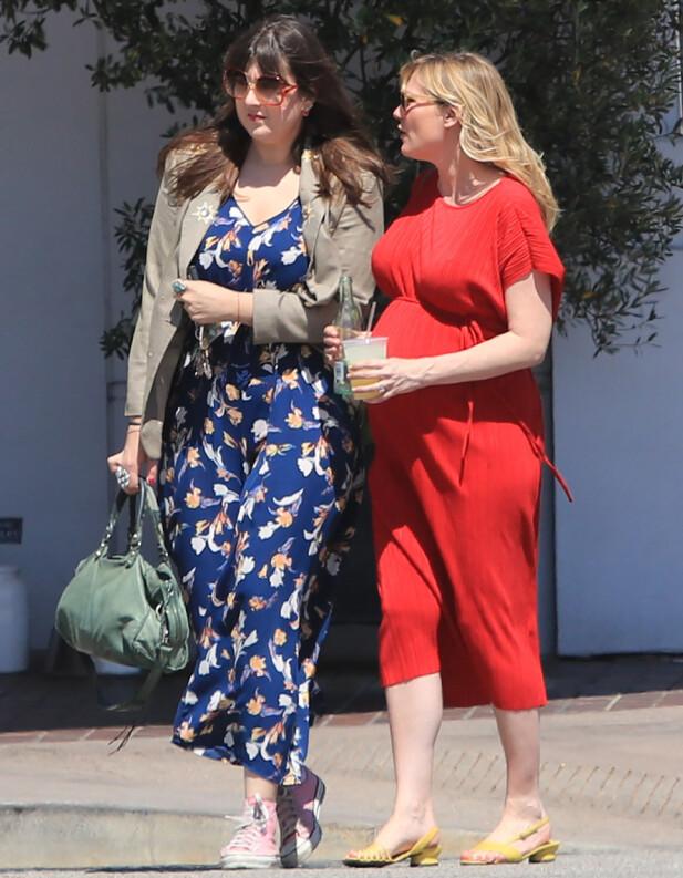HØYGRAVID: Kirsten Dunst har holdt seg unna røde løpere de siste månedene av svangerskapet. Her er hun ute i Los Angeles sammen med en venninne for et par uker siden. Foto: Broadimage/ REX/ Shutterstock/ NTB scanpix