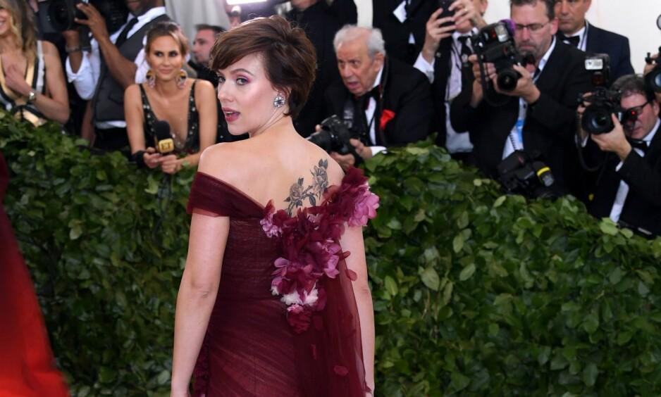 <strong>VAKTE OPPSIKT:</strong> Skuespiller Scarlett Johansson vakte oppsikt med sitt designervalg under årets Met-galla. Foto: NTB Scanpix
