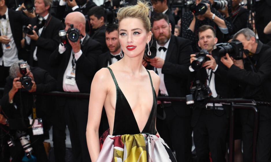 FÅR KJOLESLAKT: Amber Heards noe dristige Valentino-kjole på «Sorry Angel»-premieren under filmfestivalen i Cannes, faller ikke i like god jord hos alle. Foto: Doug Peters/EMPICS/ NTB scanpix