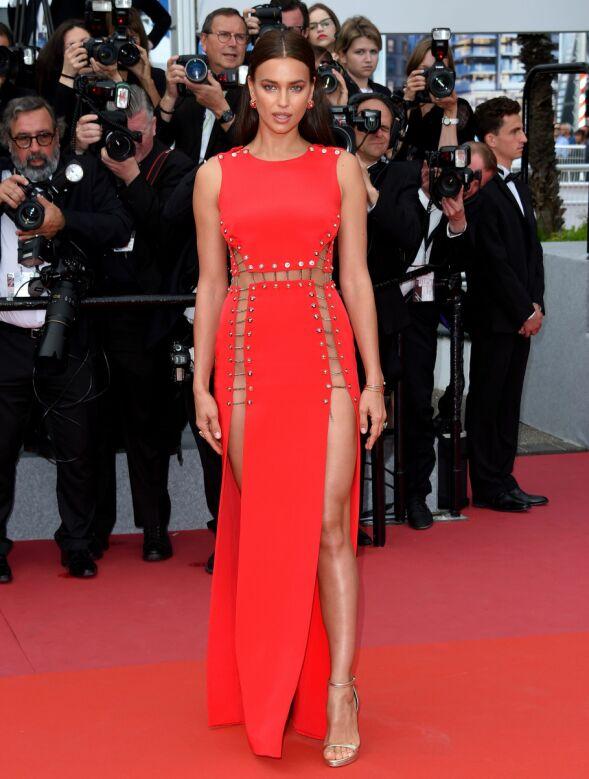I RØDT: Irina Shayk droppet undertøyet til denne Versace-kjolen på Cannes-løperen. Foto: Anthony Harvey/REX/Shutterstock/ NTB scanpix
