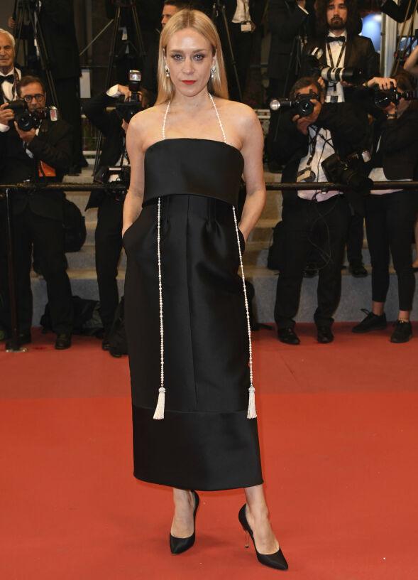 TIDLØS: Skuespiller Chloë Sevigny i en lekker, sort kjole med glitrende tilbehør på «Cold War»-premieren. Foto: Arthur Mola/Invision/AP/ NTB scanpix