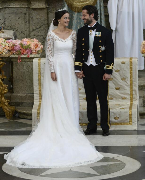 <strong>HEMMELIG:</strong> Som alltid før et kongelig bryllup, var det flere spekulasjoner på kjolen i forkant. Sofia fikk masse skryt for Ida Sjöstedt-kreasjonen da den ble avduket sommeren 2015. Foto: NTB scanpix
