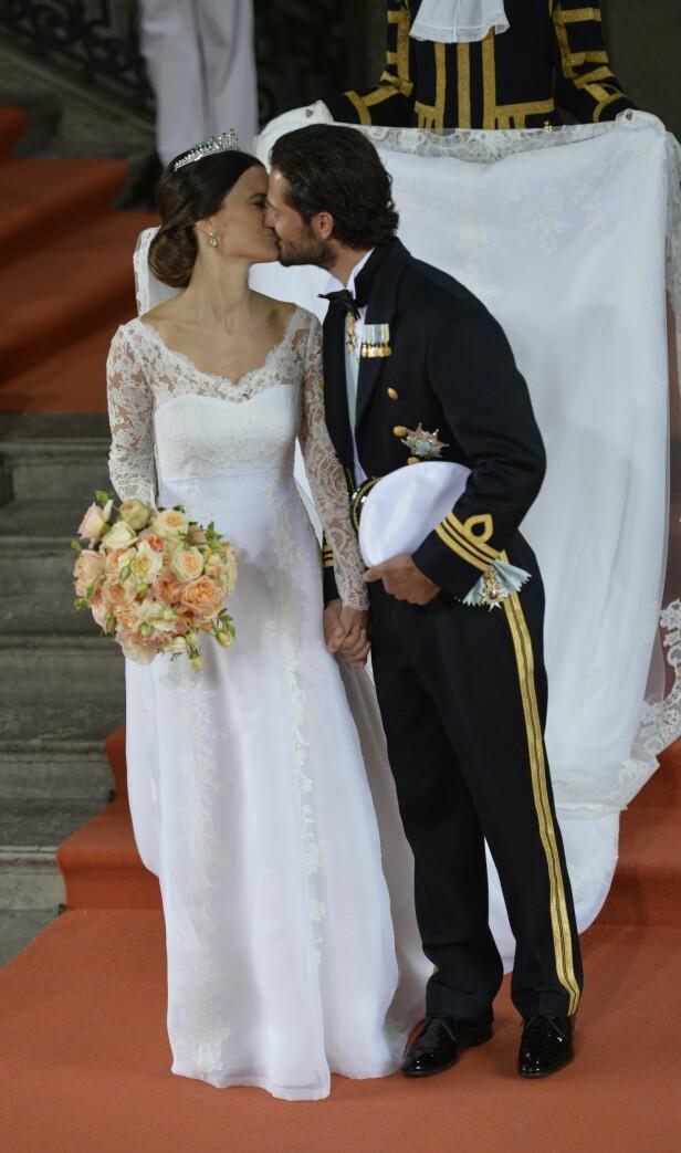 <strong>KREVENDE:</strong> Brudekjoler er ofte ekstravagante nok fra før, men i kongelig kontekst går man gjerne hardere inn. Bak brudeparet måtte nemlig en mann bære prinsessens lange slør etter vielsen. Foto: NTB scanpix