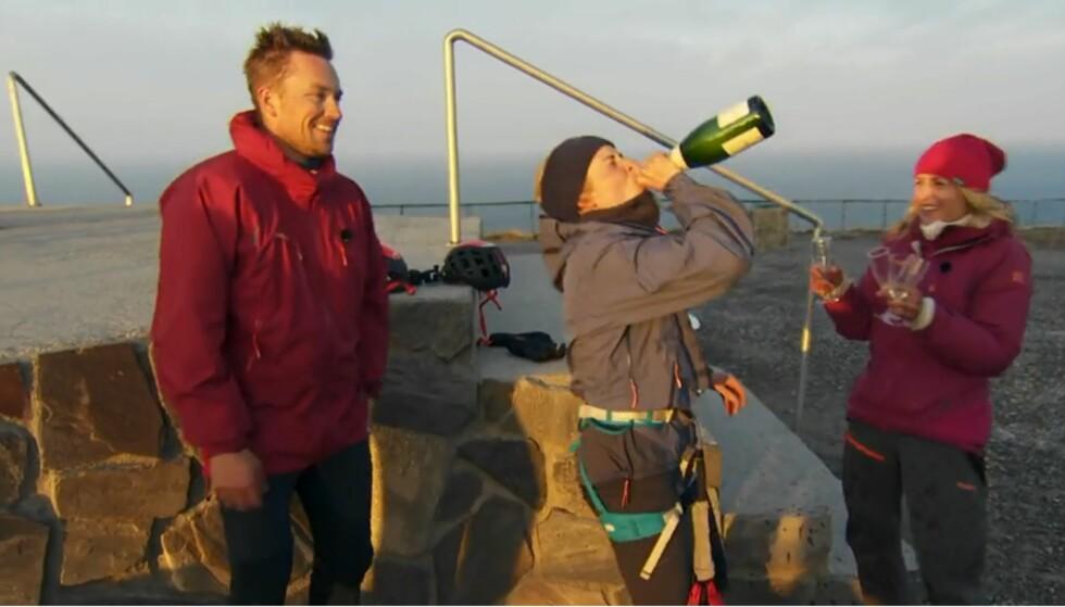 <strong>JUBEL:</strong> Marthe Kristoffersen stakk av med seieren i årets sesong av «71 grader nord - Norges tøffeste kjendis». Det ble feiret med et jubelbrøl og champagne. Foto: Discovery