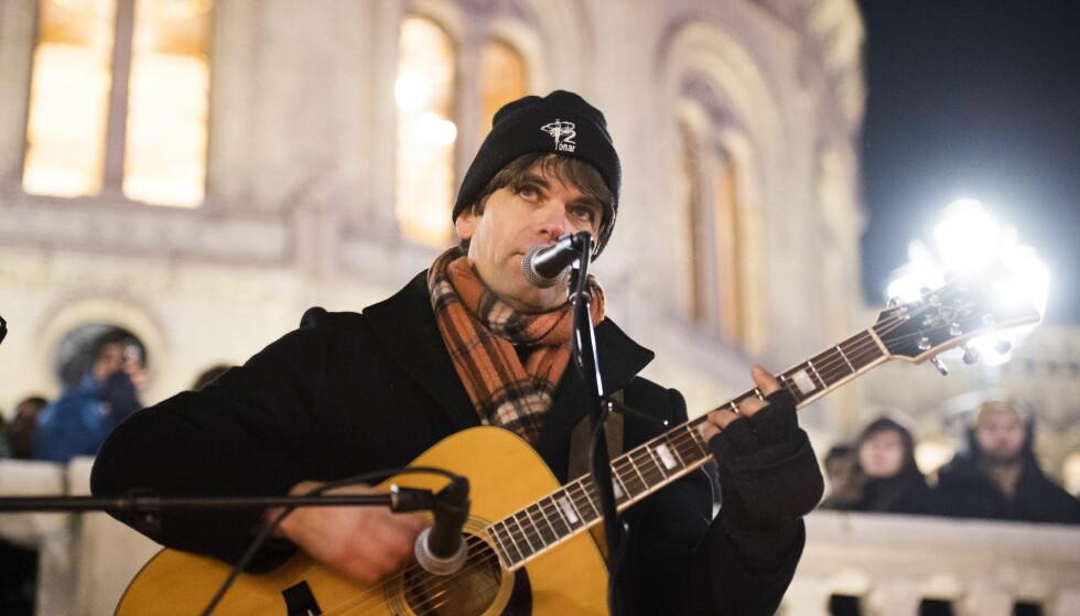 DEL AV KJENT SØSKENFLOKK: Artist Lars Bremnes opptrer foran Stortinget i forbindelse med markeringen «Tusen lys for mennesker på flukt». Foto: Jon Olav Nesvold / NTB scanpix