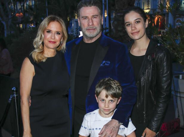PÅ FEST: John Travolta og Kelly Preston med datteren Ella Bleu og sønnen Benjamin i Cannes søndag kveld. Foto: Splash News/ NTB scanpix