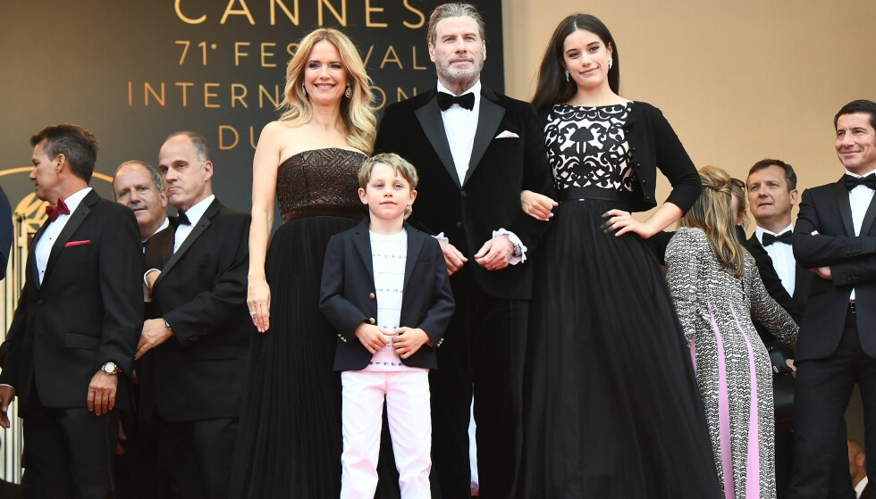 SJELDENT SYN: John Travolta og kona Kelly Preston viser sjelden frem barna på rød løper, men tirsdag gjorde de et unntak under filmfestivalen i Cannes. Foto: AFP/ NTB scanpix